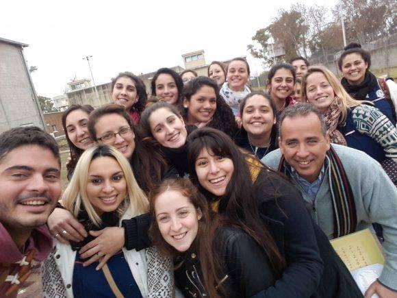 """Guillermo Cabrujas (a la derecha) con un grupo de facilitadores del método cubano de alfabetización """"Yo si puedo""""."""