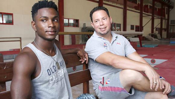 Manrique Larduet y su entrenador Carlos Gil. Foto: Jit.