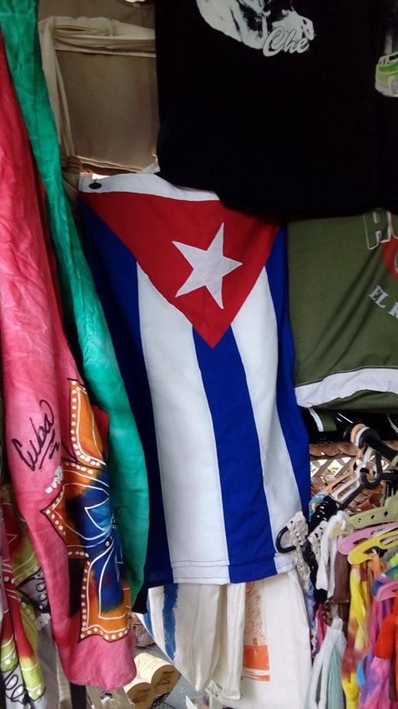 El precio de esta bandera cuesta 15 CUC, Eusebio Leal considera que el enseña nacional debe comecializarse a precios más bajo para que el pueblo pueda tenerla. Foto: L. Eduardo Domínguez/ Cubadebate.