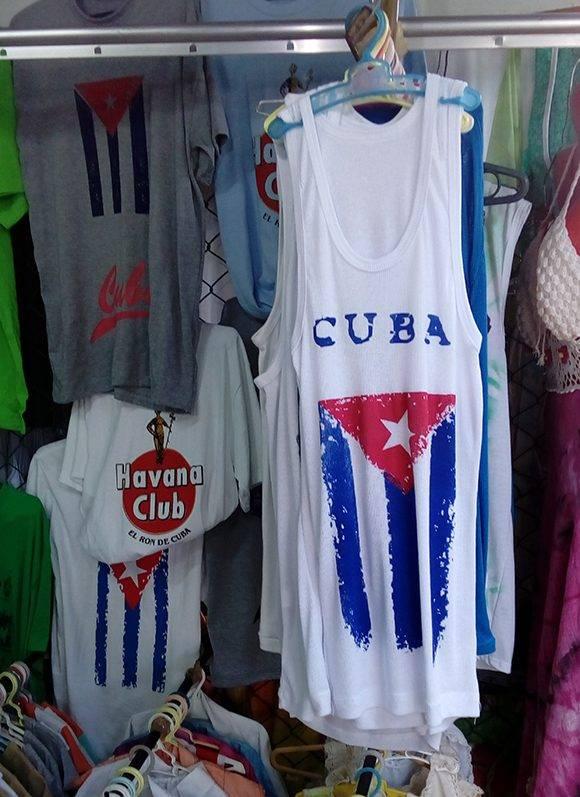 Eusebio Leal opina que la bandera no debe venderse junto a otros productos, sino en tiendas especiales. Foto: L. Eduardo Domínguez/ Cubadebate.