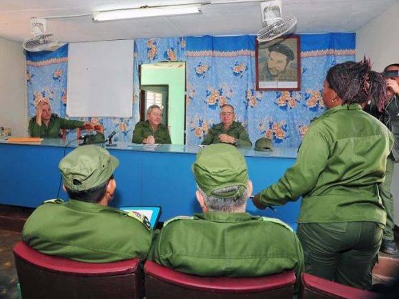 Dirigentes municipales de Maisí exponen a Raúl la situación del territorio tras el paso del huracán Matthew. Foto: Estudios Revolución