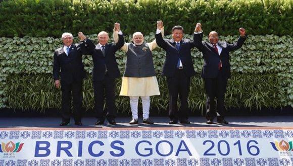 Vamos hacia un mundo multipolar en el que los nuevos actores (China, Rusia, India) tienen vocación a constituir sólidos polos regionales. En la imagen los mandatarios de las naciones que integran el BRICS. Foto: Reuters.