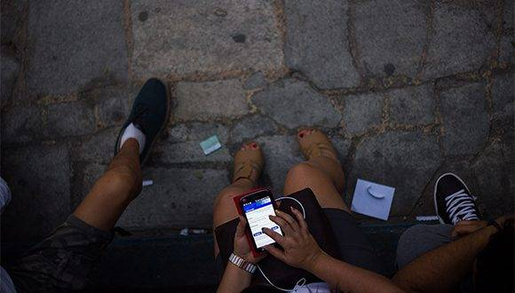 Muchas personas se conectan a través de dispositivos móviles a las conexiones wifi NAUTA. Foto: Fernando Medina Fernández / Cachivache Media.