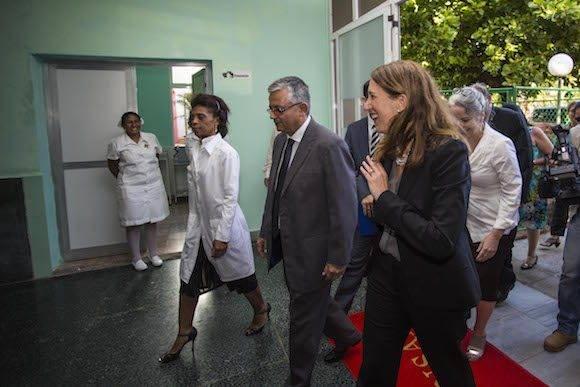 Sylvia Burwell durante su visita al políclinico de 15 y 18 en el Vedado. Foto: Desmond Boylam/ AP/ Cubadebate.