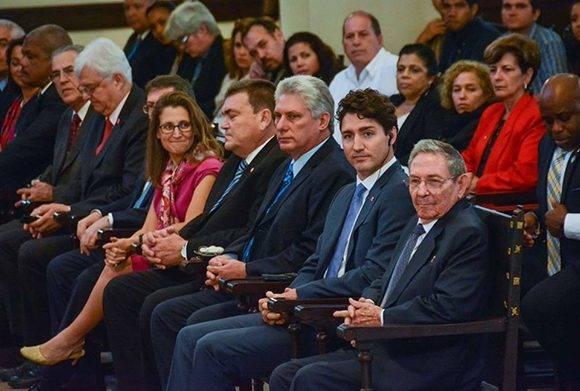 El General de Ejército Raúl Castro Ruz (D), Presidente de los Consejos de Estado y de Ministros de Cuba, asistió a la Conferencia Magistral de Justin Trudeau (C der.), Primer Ministro de Canadá, a su lado Miguel Díaz-Canel Bermúdez (C), Primer vicepresidente de los Consejos de Estado y de Ministros, y el Dr. Gustavo Cobreiro Suárez, rector de la Universidad de La Habana, entre otros, en el Aula Magna de de ese centro de Altos Estudios, el 16 de noviembre de 2016. ACN FOTO/Marcelino VAZQUEZ HERNANDEZ.