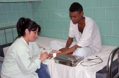 El paciente era preparado para pasar al salón de operaciones. Foto: Otilio Rivero Delgado.