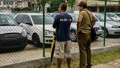 Cubanos contemplan automóviles en venta en la Isla