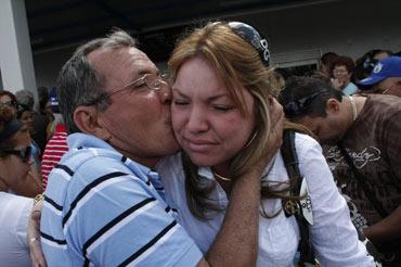 Un hombre recibe a su sobrina a su llegada al aeropuerto internacional José Martí de La Habana (Cuba), procedente de Miami (EEUU), en esta foto de archivo