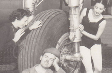 De izquierda a derecha: Nora Kaye, Fernando Alonso (en el centro, tumbado en el suelo), Alicia Alonso en esta foto de 1946, destinada para la primera gira en Europa del Ballet Theatre