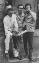 Joseíto Fernández, Iván Cañas y Antonio Conte en la puerta de la revista Cuba, Reina esquina Lealtad, La Habana, 1969