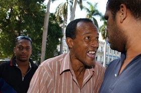 Fanáticos cubanos discutiendo acaloradamente sobre béisbol en La Habana, en esta foto de archivo