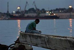 Un habanero intenta pescar en las aguas negras de la bahia, el 24 de octubre de 2008. (AP)