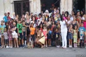 Bertha Soler con los niños
