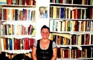 Omayda Padrón en su biblioteca_foto cortesía del autor