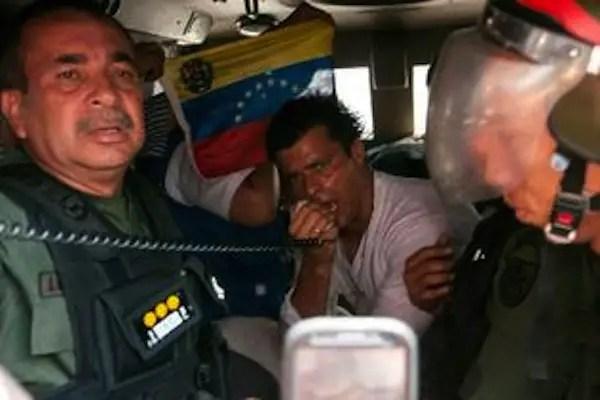 Leopoldo habla megáfono dsde el carro militar donde va detenido