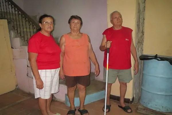 Héctor, Nelly y Martha al frente de la escalera