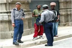 Policías cubanos patrullando_foto tomada de internet
