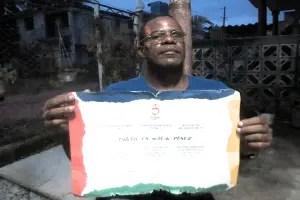 Pablo Frómetas, muestra un diploma, por sus buenos resultados obtenidos en Juegos Paralímpicos. Sin embargo hoy sus meritos son desconocidos por declararse opositor al sistema político impuesto en Cuba. Foto cortesía de Calixto Ramón Matínez