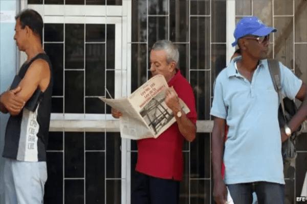 Un cubano lee la Ley de Inversión Extranjera