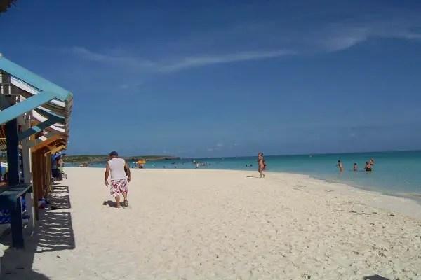 Playa en Cayo Coco, donde los trabajadores cubanos no pueden ir