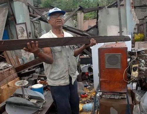 Un hombre recoge escombros de entre sus pertenencias, en Santiago de Cuba, por donde pasó el huracán Sandy en octubre de 2012_foto EFE