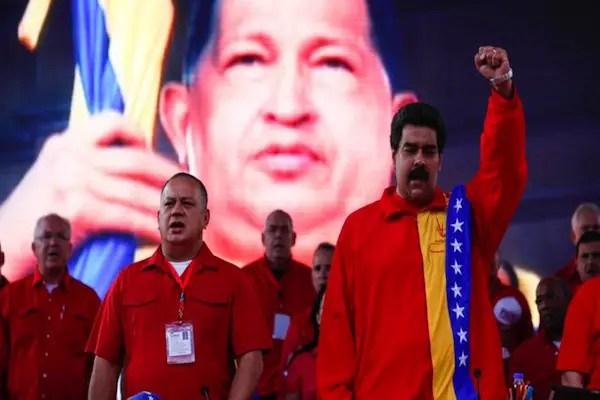 Maduro Chavez detrás