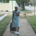 """Anciana arastrando una bolsa con los """"mandados"""" (foto del autor)"""
