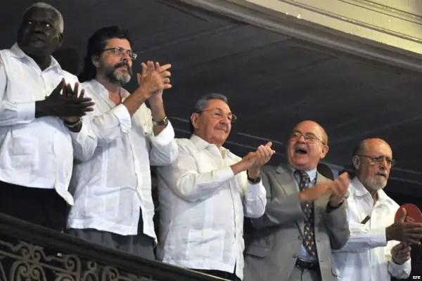 Raúl Castro junto a los comisarios culturales del régimen cubano Cuba