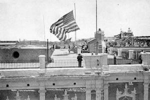 Bajando la bandera de Estados Unidos el 20 de mayo de 1902 (foto de Internet)