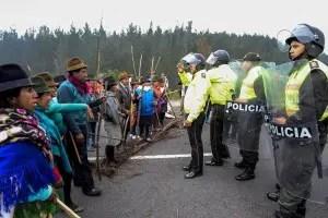 Indígenas cierran la Carretera Panamericana (foto tomada de www.larepublica.ec)