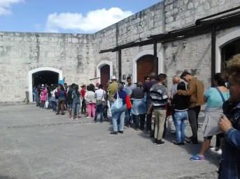 Cola ante un stand mexicano (foto del autor)