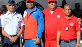 Mayor William Solís, tercero de izquierda a derecha, en evento deportivo deportivo de la Fuerza Aérea de la República Dominicana (elnacional.com)