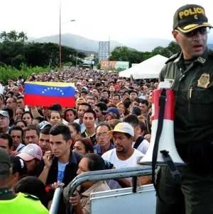 Más del 40% de los venezolanos piensa abandonar el país, según encuesta