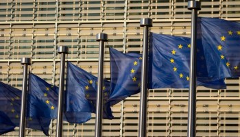 Banderas de la Unión Europea frente a la sede de la organización en Bruselas (Jasper Juinen/Bloomberg)