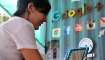 """Joven en el primer centro tecnológico de Google en Cuba, instalado en el estudio de """"Kcho"""" (EFE)"""