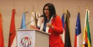 """Delcy Rodríguez: """"Si se atreven a poner un dedo en Venezuela les vamos a hacer la vida de cuadritos"""""""
