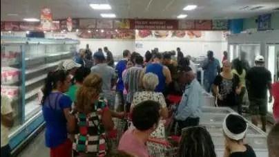 Interminables colas para comprar pollo en mercado de 3ra y 70 en La Habana