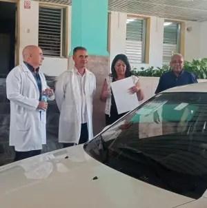Treinta años después médicos cubanos reciben automóviles por su trabajo