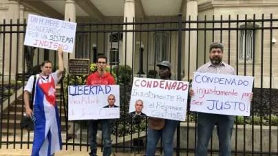 Protestan frente a embajada cubana en Washington por condena a periodista Roberto Quiñones