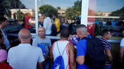Largas colas en La Habana para comprar artículos en divisa