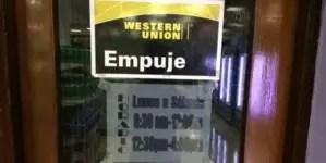 Western Union dice que seguirá operando en Cuba, por el momento