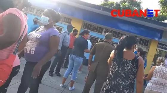 """""""Estamos aquí desde la madrugada"""": cubanos estallan en una cola"""