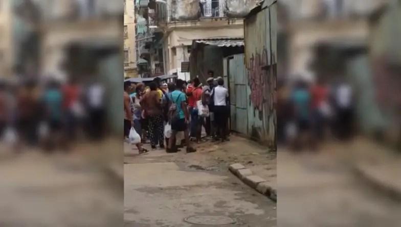 """""""No más abuso de poder"""": cubanos enfrentan a un policía en Centro Habana"""