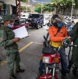 Colectivos chavistas controlan el negocio del combustible en Venezuela