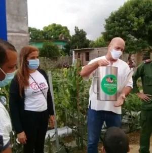 Gerardo Hernández premia a cederistas destacados con regaderas de 10 litros