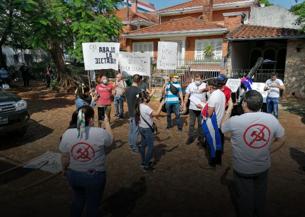"""""""Vamos a seguir hasta que Cuba sea libre"""": Cubanos protestan en Paraguay"""