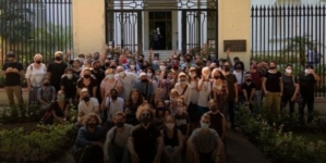Masiva protesta de artistas cubanos frente al Ministerio de Cultura