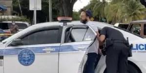 Policía de Miami arresta a Alexander Otaola en protesta frente al Versailles