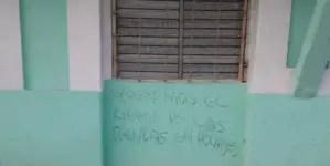 Consignas en fachadas cienfuegueras exigen el cierre de tiendas en dólares
