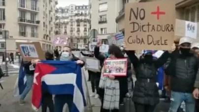 Cubanos protestan frente a Embajada de la Isla en París